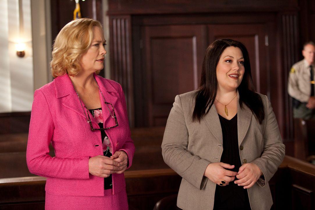Ellie Tannen (Cybill Shepherd, l.), eine erfolgreiche, zickige Modeschöpferin will, dass Jane (Elliott Brooke, r.) sie vor Gericht vertritt. Ihre j... - Bildquelle: 2009 Sony Pictures Television Inc. All Rights Reserved.