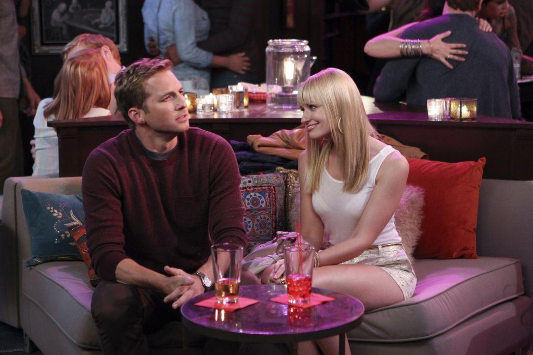 Caroline (Beth Behrs, r.) ist frustriert, als Andy (Ryan Hansen, l.) selbst nach dem zweiten Date noch keine Annäherungsversuche startet und ruft a... - Bildquelle: Warner Brothers