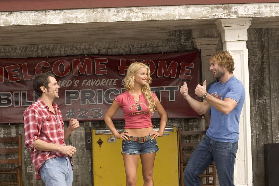 Mit tatkräftiger Unterstützung ihrer Cousine Daisy Duke (Jessica Simpson, M.) versuchen Bo (Seann William Scott, r.) und Luke (Johnny Knoxville, l... - Bildquelle: Warner Brothers International