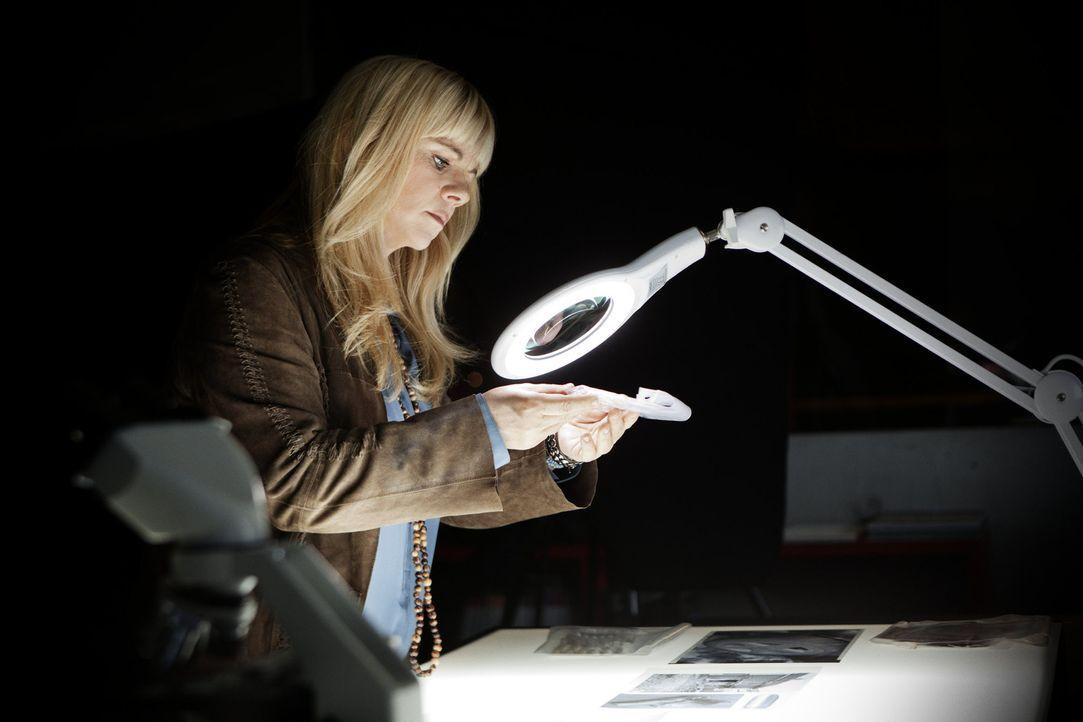 Julia Leischik begibt sich auf Spurensuche bei ungeklärten Straftaten, steht Opfern bei und versucht, weitere Verbrechen zu verhindern ... - Bildquelle: SAT.1