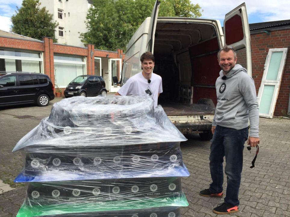 Auch Startupper Lars Grosskurth (r.) möchte mit Braumeister Sasche (l.) seine Geschäftsidee verwirklichen: ein Braugasthaus. - Bildquelle: kabel eins