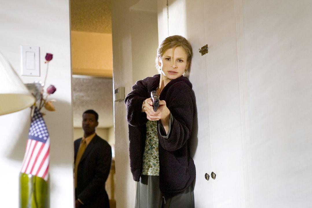 Auf der Suche nach einem gefährlichen Mörder: Gabriel (Corey Reynolds, l.) und Brenda (Kyra Sedgwick, r.) ... - Bildquelle: Warner Brothers