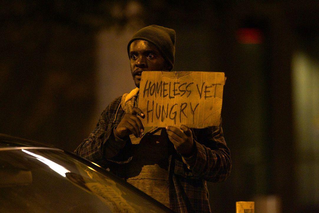 Noch gibt sich Tom Walker (Chris Chalk) in der Öffentlichkeit als Obdachloser ... - Bildquelle: 20th Century Fox International Television