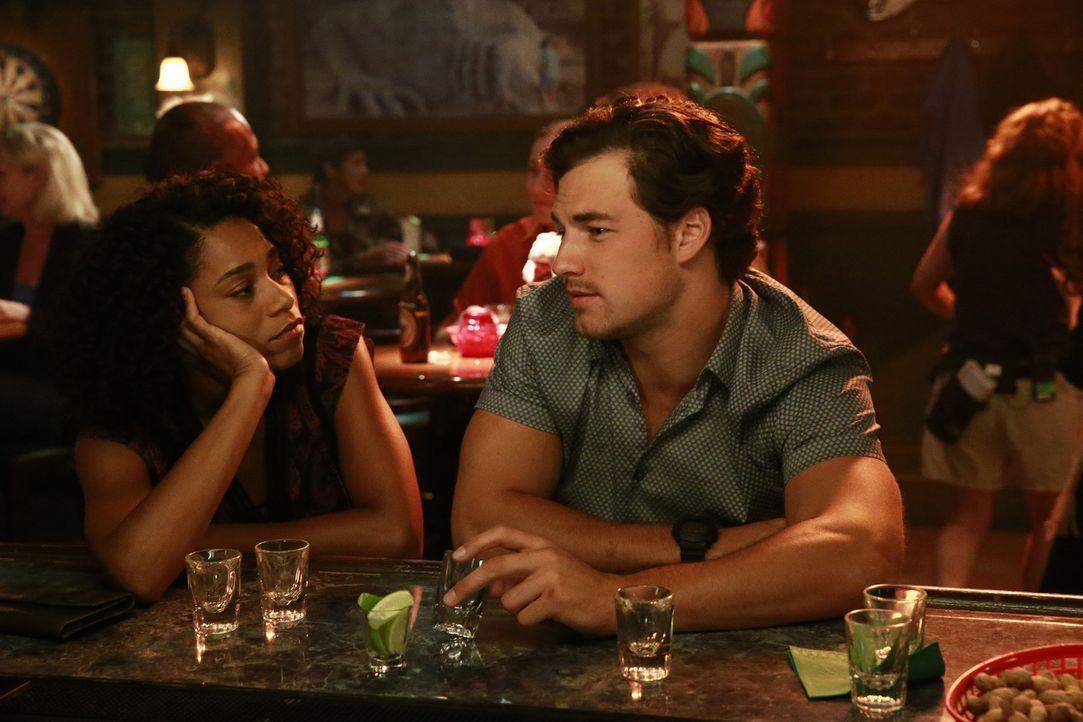 Ertränken ihren Kummer im Alkohol: Maggie (Kelly McCreary, l.) und Andrew (Giacomo Gianniotti, r.) ... - Bildquelle: Mitchell Haaseth ABC Studios
