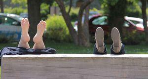 Lieber die Schuhe auch mal ausziehen, wenn sie drücken – so können Hühnerauge...