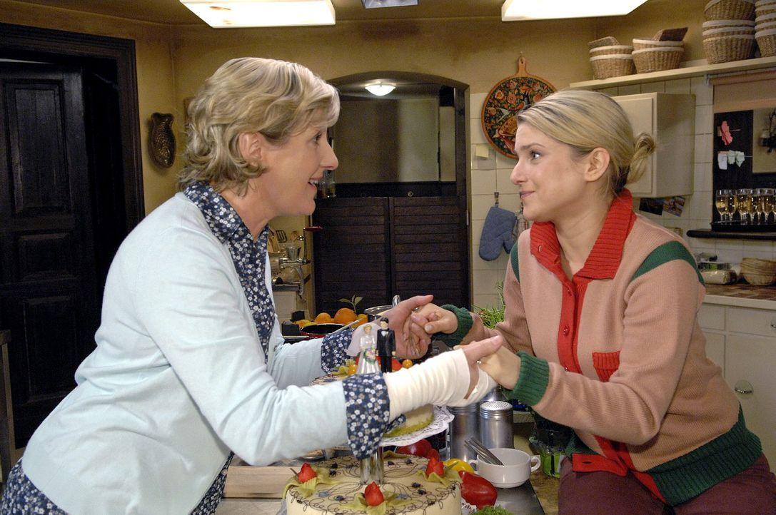 Anna (Jeanette Biedermann, r.) beichtet Susanne (Heike Jonca, l.), dass sie in aller Heimlichkeit heiraten wollte ... - Bildquelle: Claudius Pflug Sat.1
