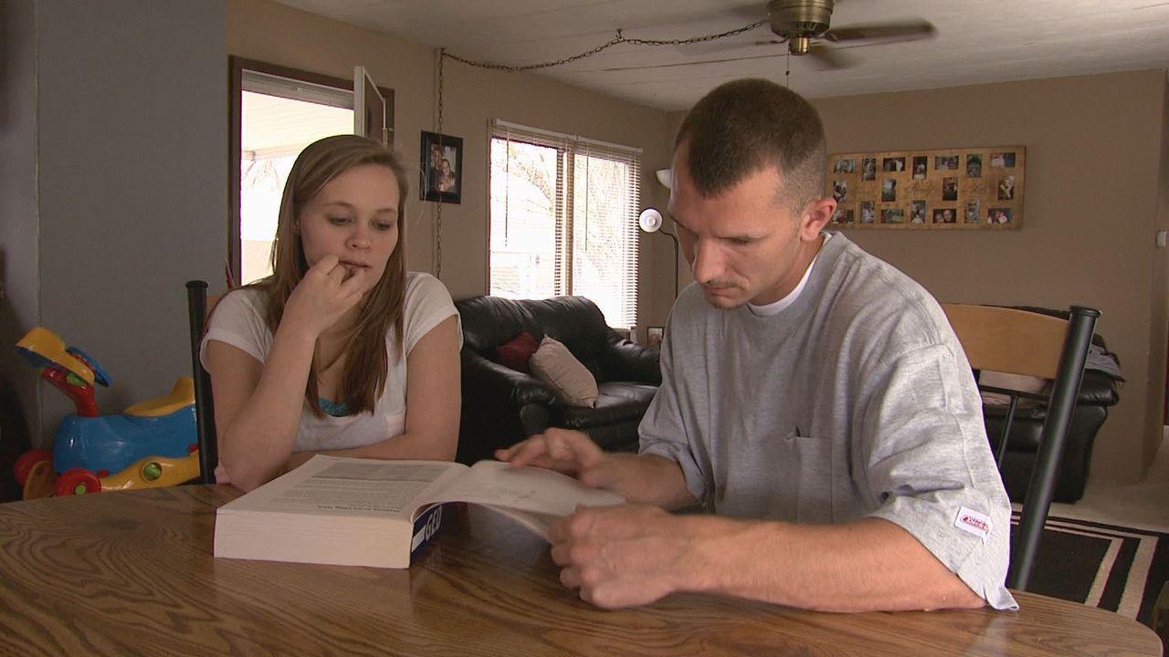 Die erst 18-jährige Mariah (l.) hat bereits ein Kind. Sie und ihr Freund Johnny (r.) möchten ihr Ungeborenes zur Adoption freigeben. - Bildquelle: Universal Pictures