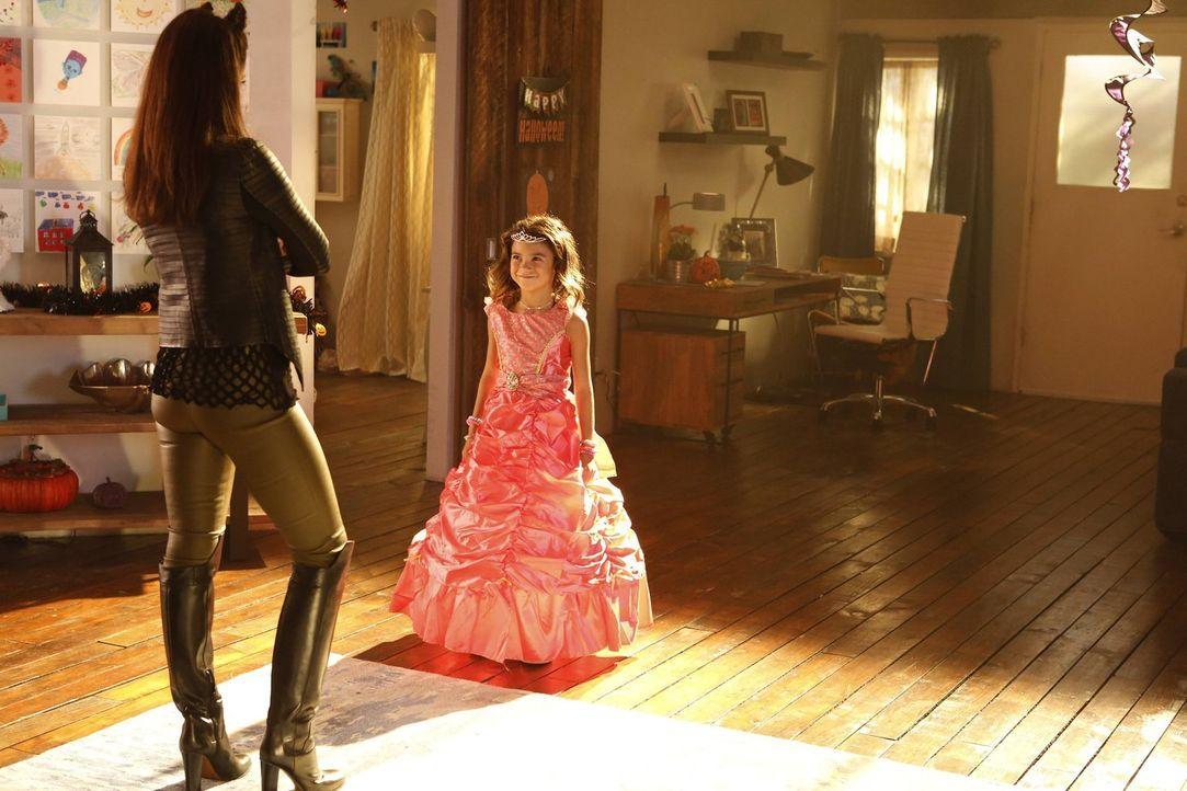 Ausgerechnet Maze (Lesley-Ann Brandt, l.) geht mit Trixie (Scarlett Estevez, r.) an Halloween auf Süßes oder Saures-Wanderung ... - Bildquelle: 2016 Warner Brothers