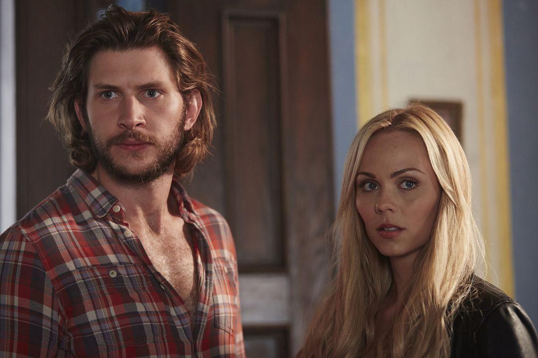 Clay (Greyston Holt, l.) und Elena (Laura Vandervoort, r.) müssen den getöteten Alpha aus dem Weg räumen, bevor einer aus dessen Rudel ihm auf die F... - Bildquelle: 2015 She-Wolf Season 2 Productions Inc.