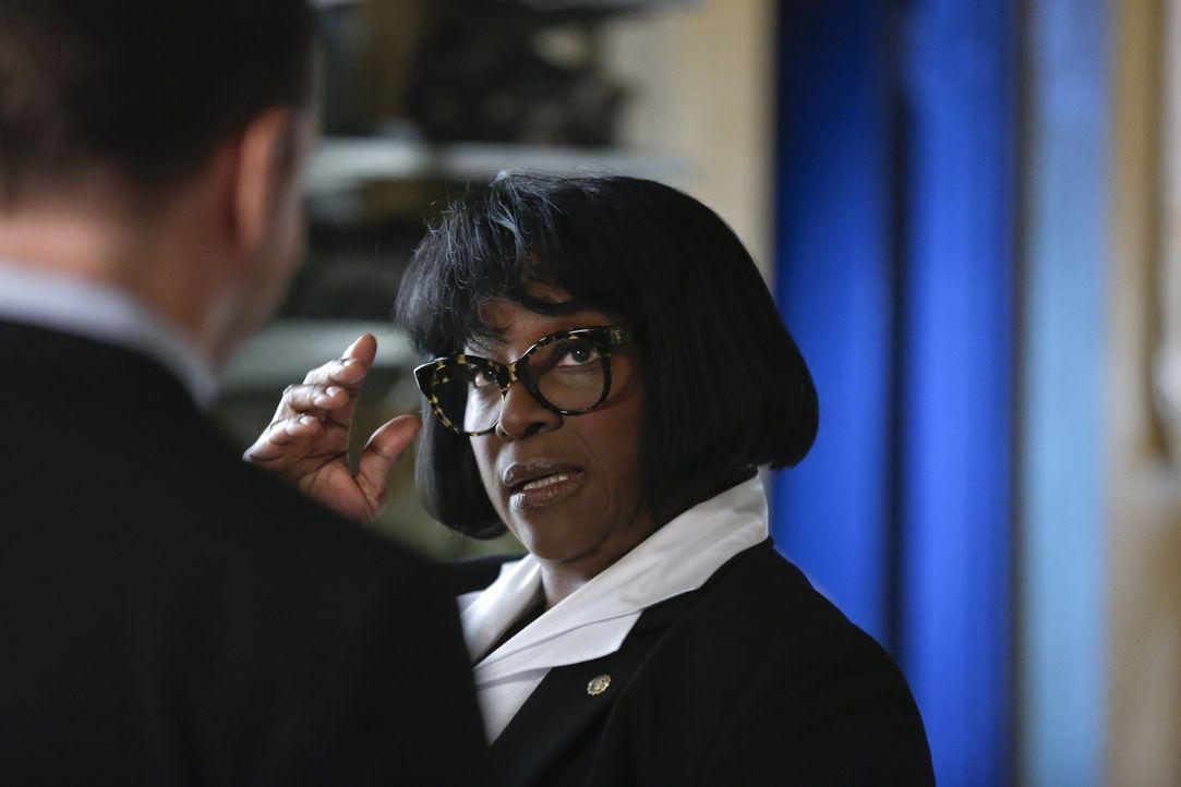 Carver (LaTanya Richardson Jackson, r.) lässt nicht mit sich verhandeln. Das passt Detective Danny (Donnie Wahlberg, l.) gar nicht ... - Bildquelle: Patrick Harbron 2014 CBS Broadcasting Inc. All Rights Reserved.