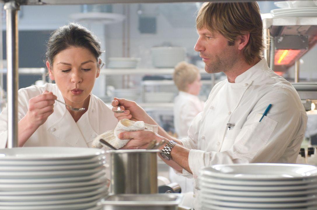 Sie fürchtet um ihren Job: Chefköchin Kate (Catherine Zeta-Joes, l.) sieht den neuen Koch Nick (Aaron Eckhart, r.) als direkten Konkurrenten. Noch... - Bildquelle: Warner Bros.