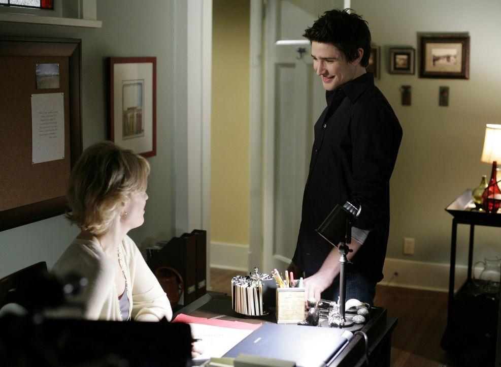 Sowohl Nicole (Marguerite MacIntyre, l.) wie auch Kyle (Matt Dallas, r.) sind begeistert, dass Stephen wieder einen Job gefunden hat. Die Freude dar... - Bildquelle: TOUCHSTONE TELEVISION