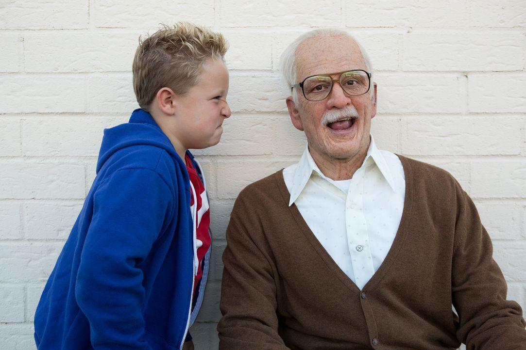 Machen ihren Mitmenschen das Leben verdammt schwer: Irving (Johnny Knoxville, r.) und sein Enkel Billy (Jackson Nicoll, l.) ... - Bildquelle: Sean Cliver MMXIII Paramount Pictures Corporation.  All Rights Reserved.