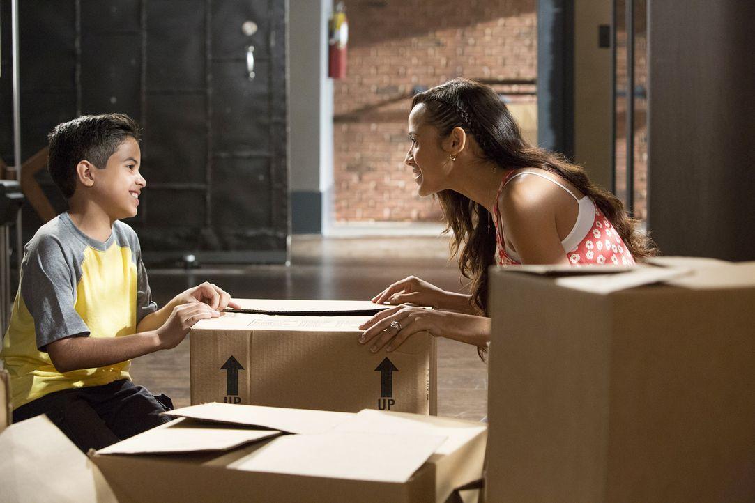 Rosie (Dania Ramirez, r.) muss erkennen, dass die Erziehung von Miguel (Alejandro Vera, l.) mit zwei Vätern nicht einfach wird ... - Bildquelle: Annette Brown 2015 American Broadcasting Companies, Inc. All rights reserved.