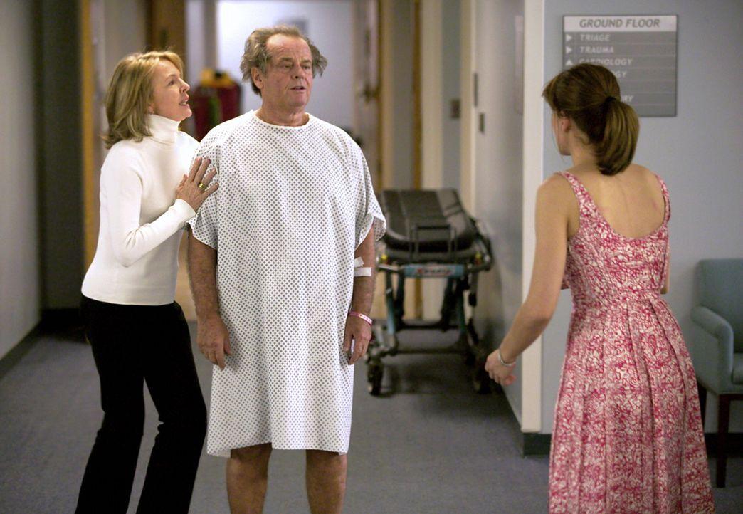 Als Harry (Jack Nicholson, M.) im Schlafzimmer von Marin (Amanda Peet, r.) einen Herzanfall erleidet, lässt Erica (Diane Keaton, l.) sich widerwill... - Bildquelle: Warner Bros. Pictures