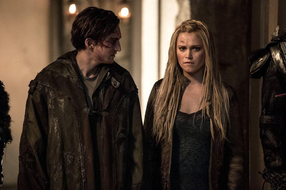 Titus will Murphy (Richard Harmon, l.) und Clarke (Eliza Taylor, r.) nach Lexas Tod aus der Stadt schmuggeln, doch Clarke will und kann Polis noch n... - Bildquelle: 2014 Warner Brothers