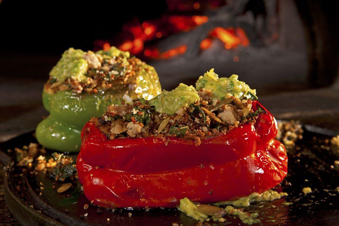 Mit einer mit Truthahn und Quinoa gefüllten Paprika übertrifft Guy Fieri sich selbst ... - Bildquelle: 2012, Television Food Network, G.P. All Rights Reserved.