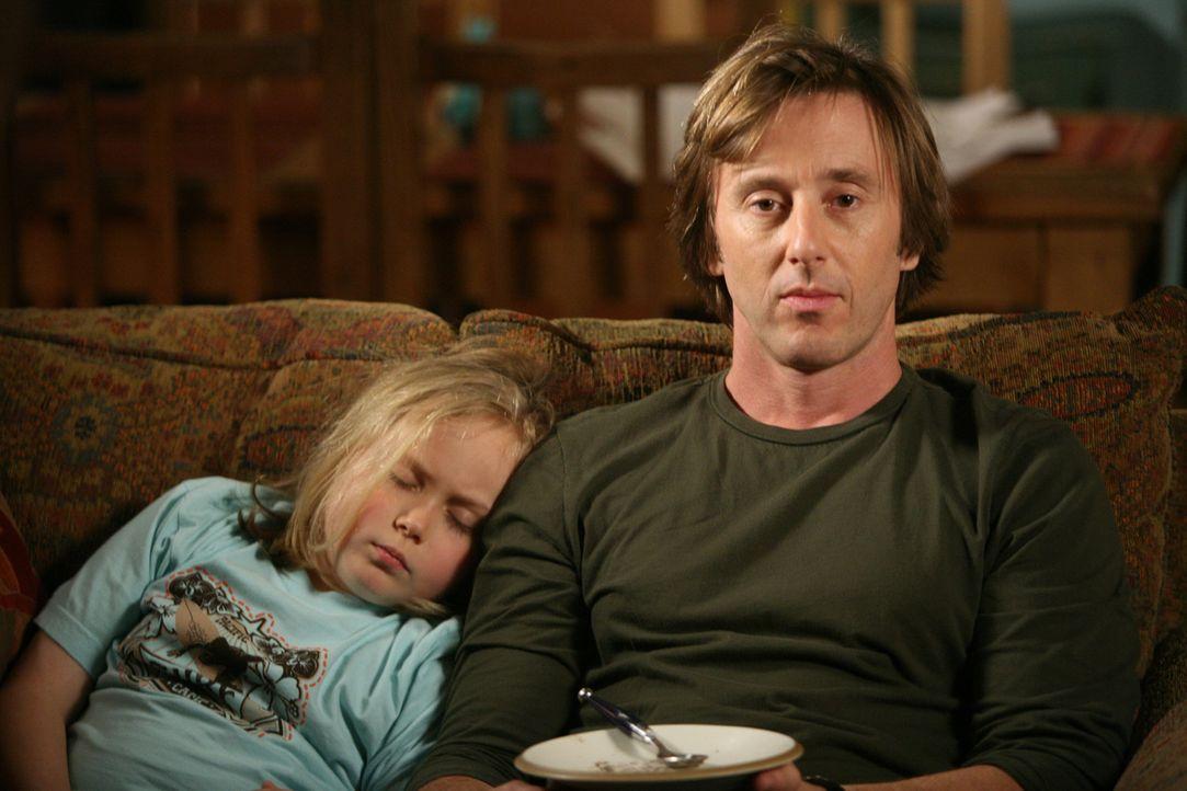 Bridgette (Maria Lark, l.) fühlt sich sichtlich wohl an der Seite ihres Vaters (Jake Weber, r.) ... - Bildquelle: Paramount Network Television