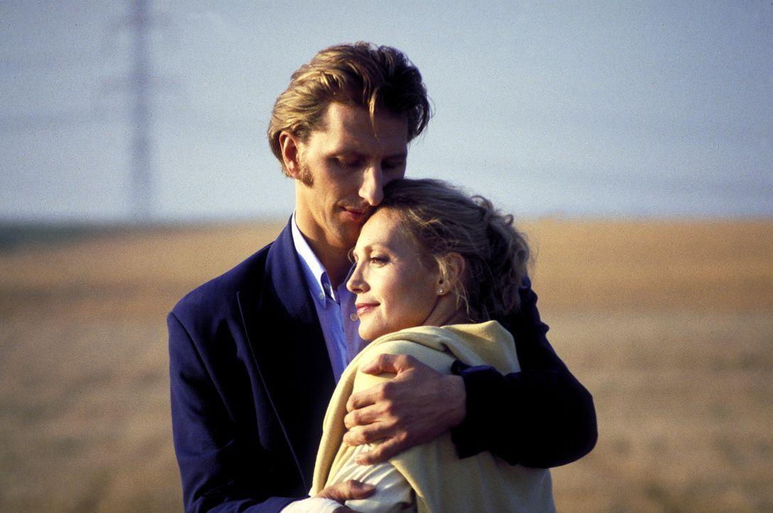Mit Peters (Rufus Beck, l.) Hilfe versucht Marie (Constanze Engelbrecht, r.), den Drahtzieher des Mordes ausfindig zu machen ... - Bildquelle: Magdalena Mate ProSieben