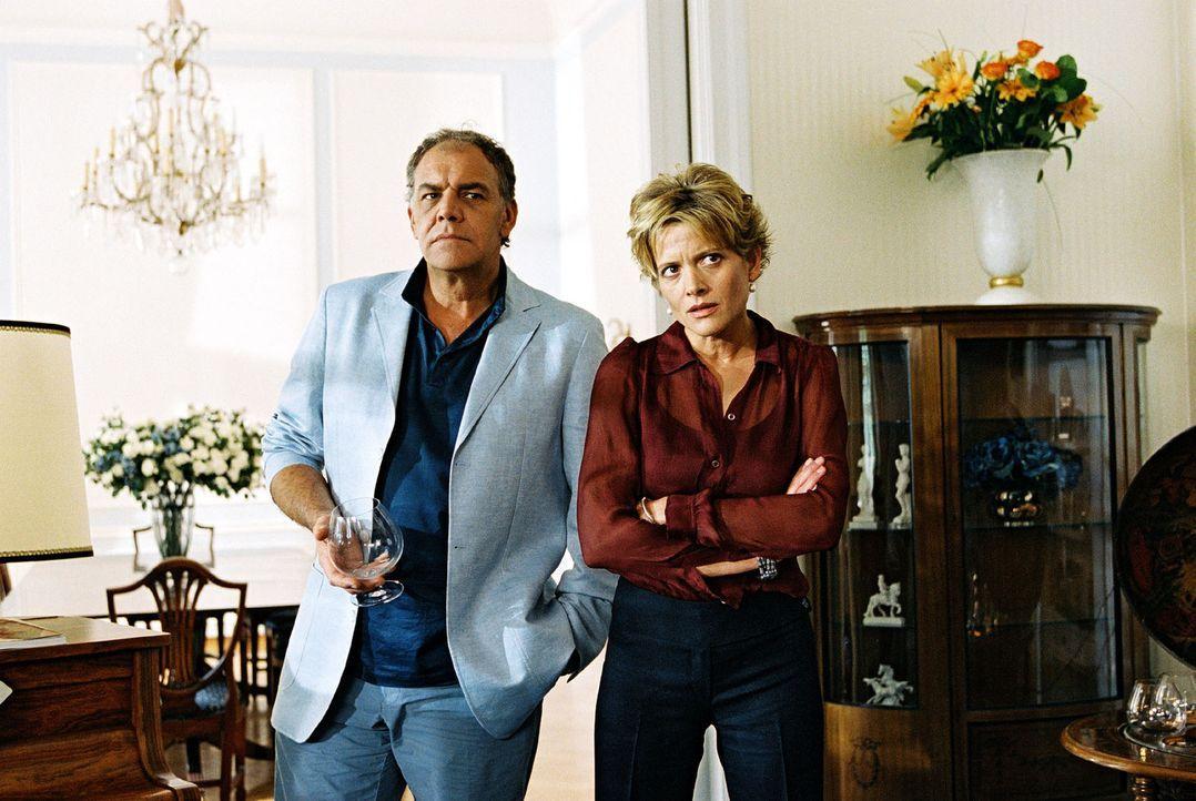 Vera Bohn (Karin Giegerich, r.) ist die Produzentin der Serie, in der ihr Mann Ingo (Christian Kohlund, l.) die Hauptrolle spielt ... - Bildquelle: Christian A. Rieger Sat.1
