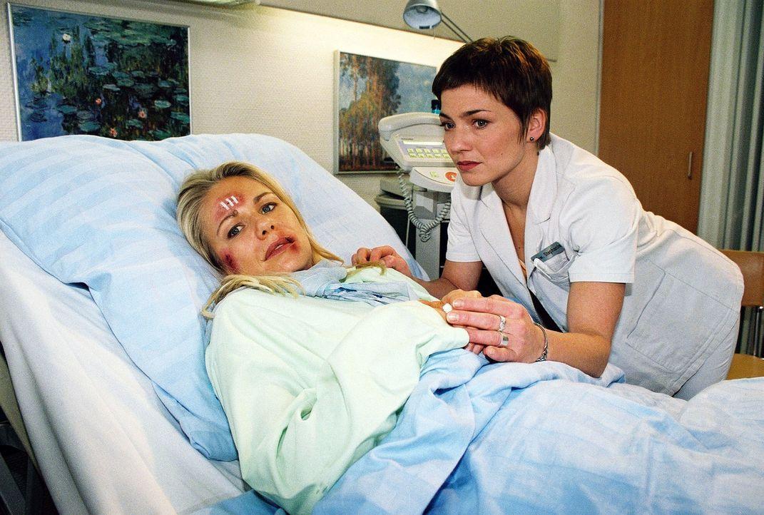 Einfühlsam kümmert sich Schwester Stephanie (Claudia Schmutzler, r.) um Patientin Liz (Claudine Wilde, l.), die brutal vergewaltigt wurde. - Bildquelle: Monika Schürle Sat.1