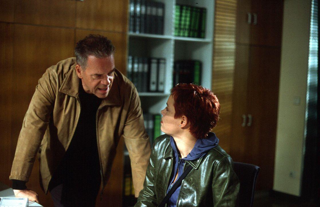 Nadine Dorn (Annika Peimann, r.) glaubt nicht daran, dass ihr Bruder Frederik aggressiv gegen Kalies vorgegangen sein soll. Auch Kommissar Wolff (Jü... - Bildquelle: Leslie Haslam Sat.1