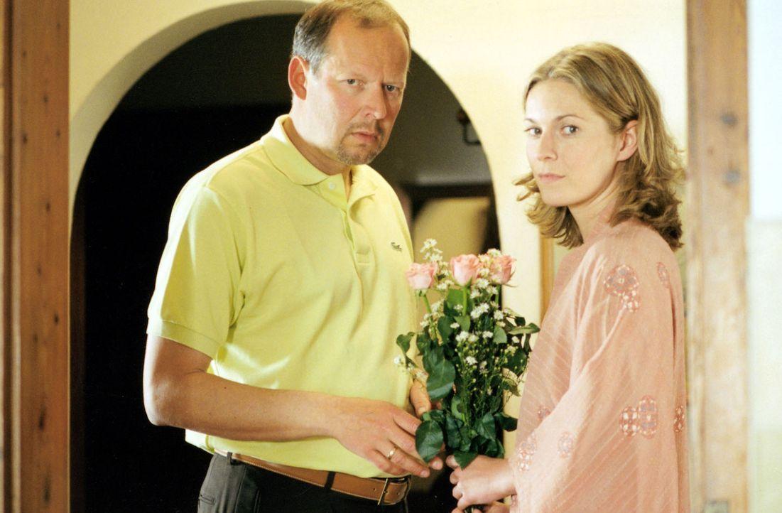 Willi Mattuschek (Axel Milberg, l.) begrüßt seine neue Nachbarin Kate (Lisa Martinek, r.). - Bildquelle: Louis Jean Heydt Sat.1