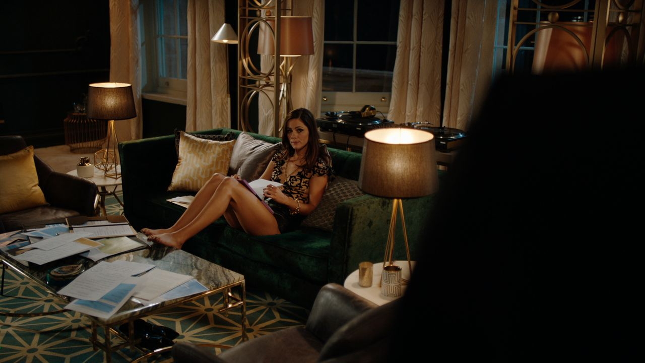 Eleanor (Alexandra Park) ist mehr als enttäuscht, als die Presse Wind davon bekommt, dass sie Robin Hood ist, doch dann bekommt sie Wind von etwas v... - Bildquelle: 2018 Lions Gate Entertainment Inc. All Rights Reserved.