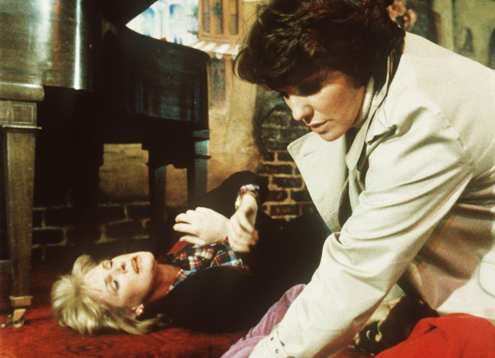 Cagney (Sharon Gless, liegend) und Lacey (Tyne Daly, r.) haben den brutalen Vergewaltiger in eine Falle locken können. - Bildquelle: ORION PICTURES CORPORATION. ALL RIGHTS RESERVED.