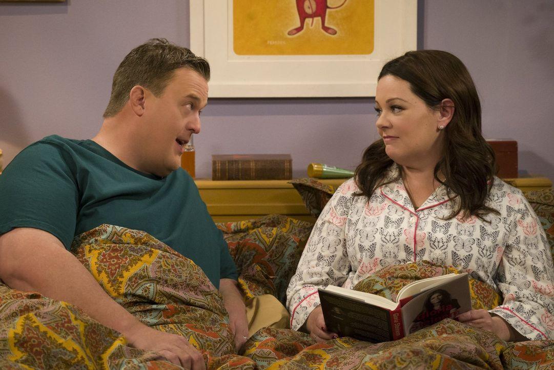 Weil Molly (Melissa McCarthy, r.) den herrenlosen Hund, auf den Mike (Billy Gardell, l.) vorübergehend aufpassen will, nicht in ihrem Bett schlafen... - Bildquelle: Warner Brothers