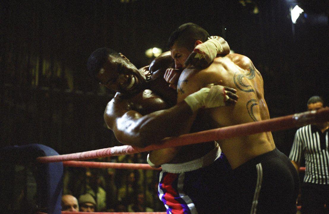 George Chambers (Michael Jai White, l.) wird im Gefängnis gezwungen an Knastboxkämpfen teilzunehmen. Nachdem er ungerechtfertigt einen Kampf verli... - Bildquelle: Nu Image Films