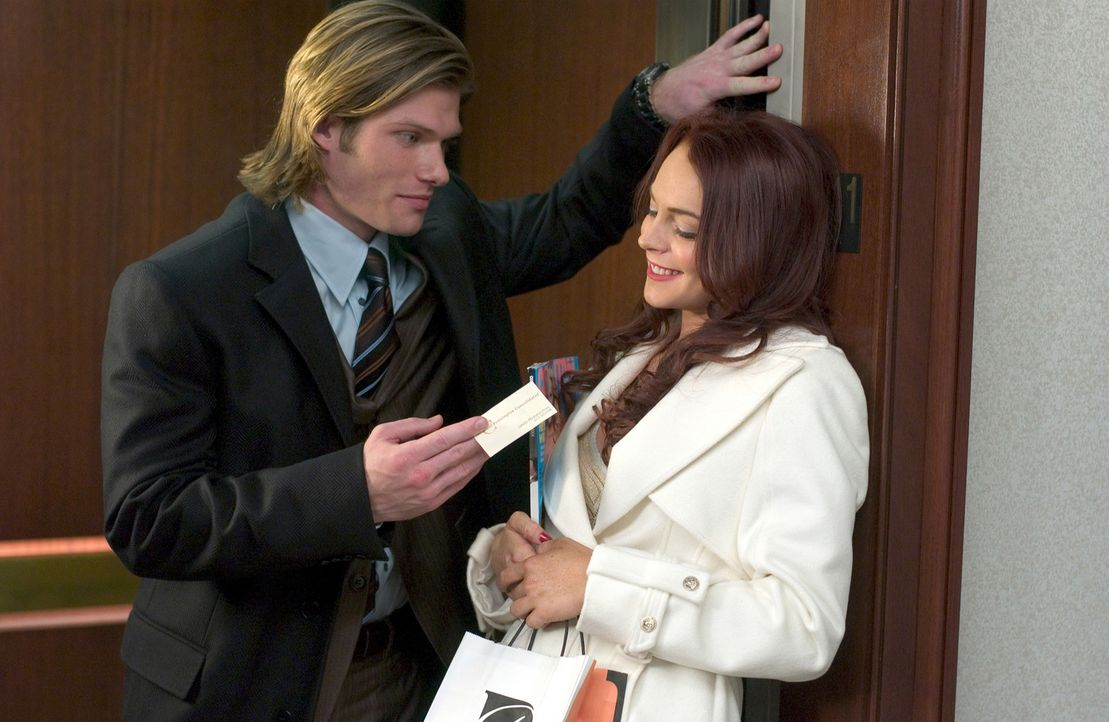 Ashley Albright (Lindsay Lohan, r.) bekommt jeden, den sie will - auch David Pennington (Chris Carmack, l.) hat sie sofort um den Finger gewickelt ... - Bildquelle: Epsilon Motion Pictures GmbH