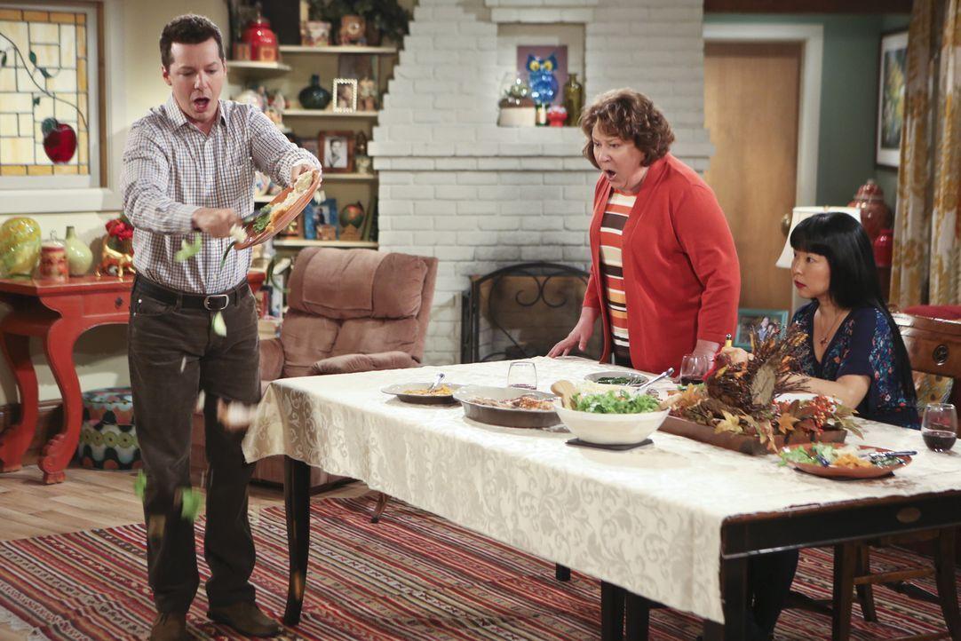 Verbringen Thanksgiving gemeinsam, doch leider endet es völlig anders als erwartet: Kip (Sean Hayes, l.), Carol (Margo Martindale, M.) und Teruko Na... - Bildquelle: 2014 CBS Broadcasting, Inc. All Rights Reserved.