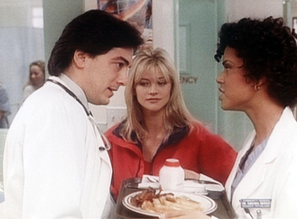 Electra (Janet Gunn, M.) flirtet mit Jack (Scott Baio, l.), doch Amanda (Victoria Rowell, r.) kommt dazwischen und stört.