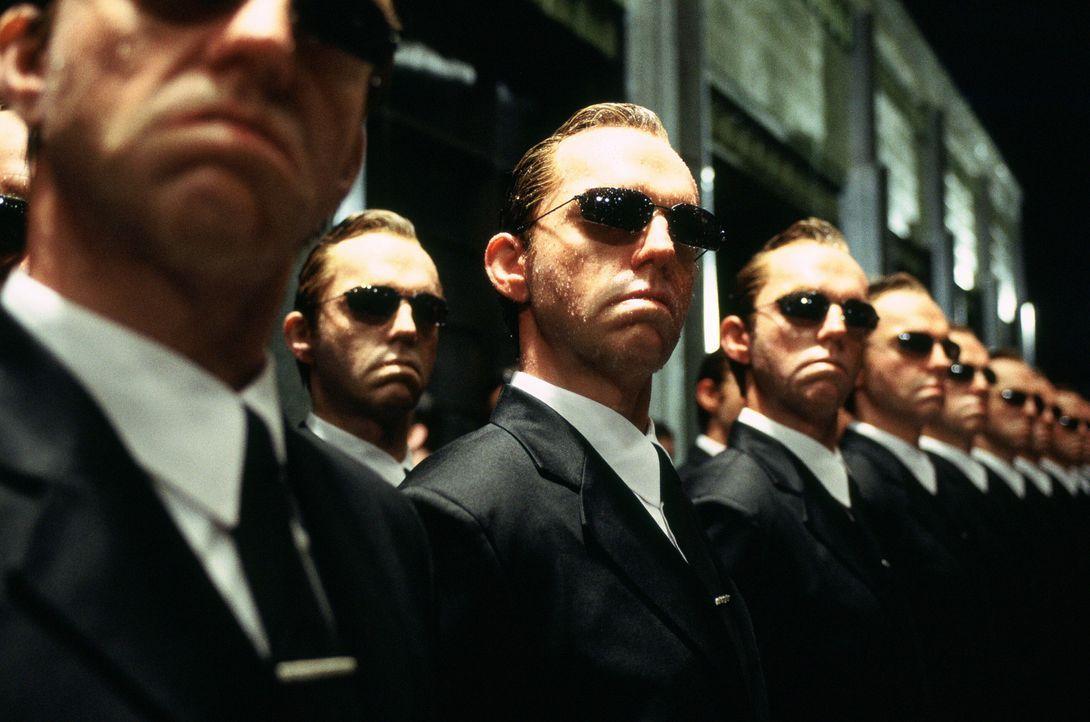 Ausgerechnet Agent Smith (Hugo Weaving) macht sich als Computerprogramm, einem Virus gleichend, selbstständig und bedroht nun nicht nur die Menschh... - Bildquelle: Warner Bros.