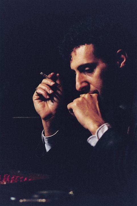 Lushin (John Turturro), ein begnadeter Schachspieler, reist nach Italien, um das Spiel seines Lebens zu spielen: Stattdessen findet er die Liebe sei... - Bildquelle: 2003 Sony Pictures Television International. All Rights Reserved.