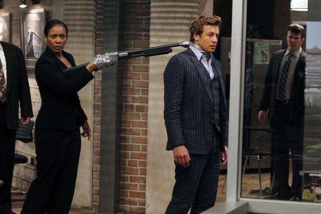 Als ein Antiquitätenhändler ermordet wird, fällt der Verdacht auf das Team des CBI. Eine interne Hetzjagd wird gestartet, denn jeder ist auf einm... - Bildquelle: Warner Bros. Television