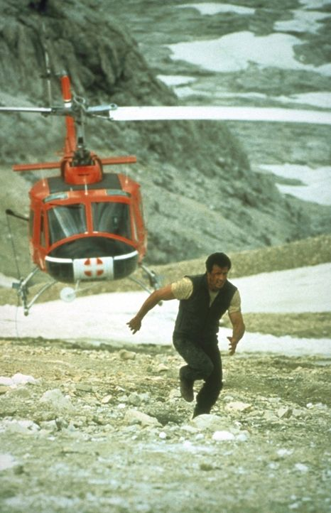 Gabe Walker (Sylvester Stallone), Leiter des Rettungsteams im Rocky-Mountain-Nationalpark, muss vor einer Verbrecherbande fliehen, die den Hubschrau... - Bildquelle: 1993 Cliffhanger B.V. All Rights Reserved.