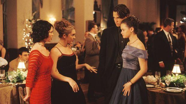 Während Madeline (Shelly Cole, l.), Louise (Teal Redmann, 2.v.l.), Dean (Jare...