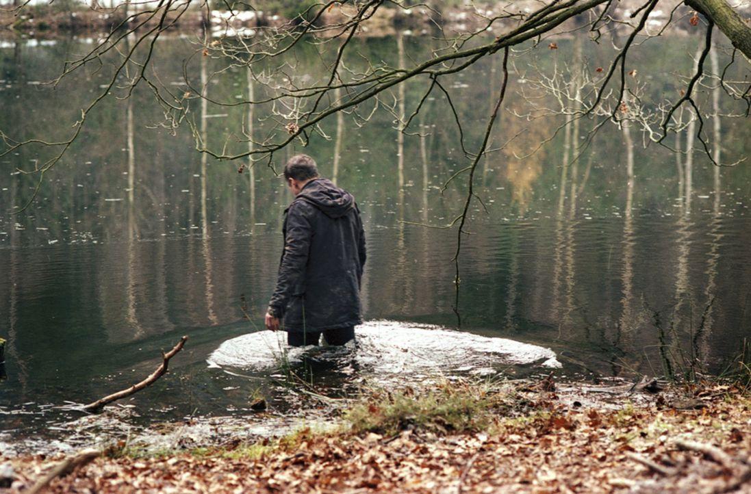 """Der Fotograf Marc (Benno Fürmann) wird immer wieder von unheimlichen Visionen geplagt, seitdem er in der Nähe des Einödhofs """"Hinterkaifeck"""" wohnt... - Bildquelle: Kinowelt"""