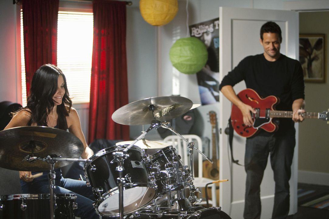 Graysons (Josh Hopkins, r.) Überraschung für Jules (Courteney Cox, l.) ist gelungen ... - Bildquelle: 2010 ABC INC.