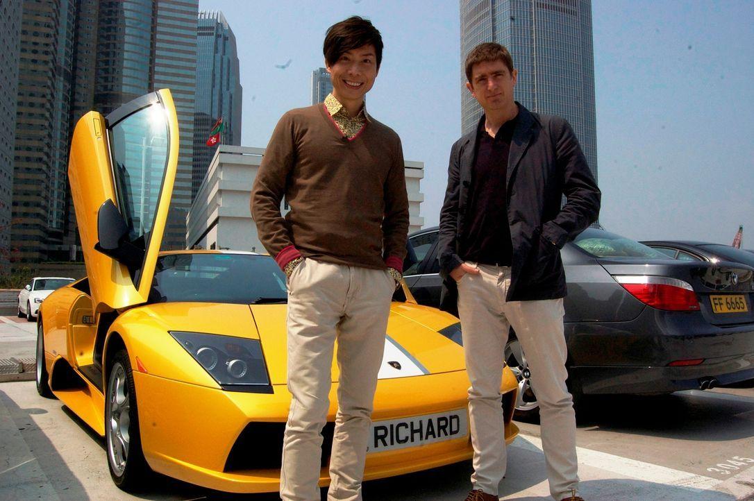 """Marcel Theroux (r.) lässt sich in Hong Kong von Richard (l.) seine Arbeit als """"Tiger Tutor"""" erklären ... - Bildquelle: Quicksilver Media 2012"""