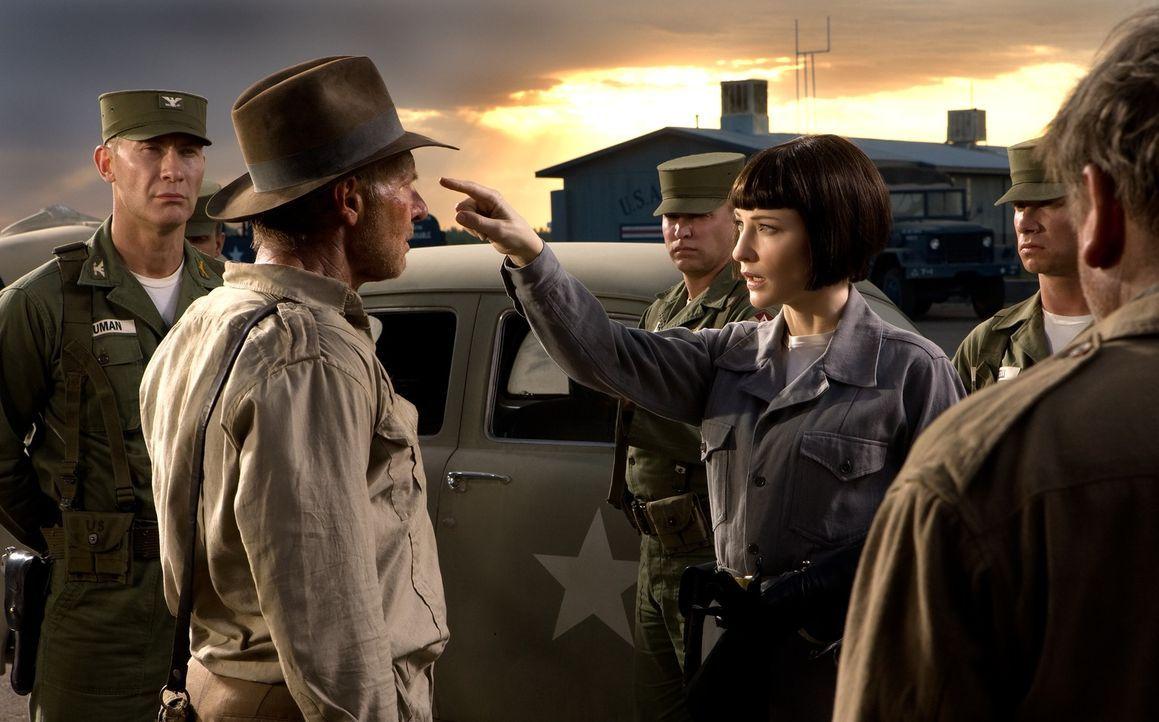 Das neueste Abenteuer beginnt 1957 mitten im kalten Krieg: Im Südwesten der USA entkommt Indy (Harrison Ford, 2.v.l.) auf einem entlegenen Flugfeld... - Bildquelle: David James & TM 2008 Lucasfilm Ltd. All Rights Reserved.