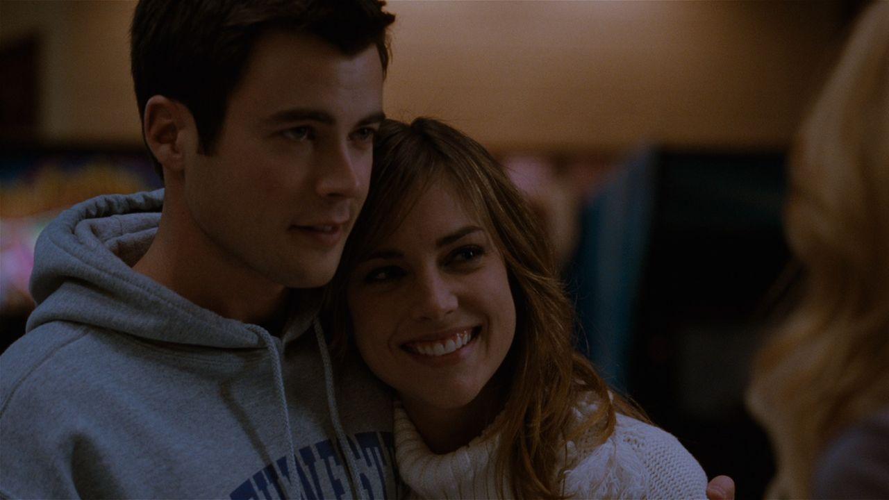 Elizabeth Mitchum (Jessica Stroup, r.) ist überglücklich, dass sogar Mikes (Matt Long, l.) Ex-Freundin sie zu mögen scheint. - Bildquelle: 2008 Homecoming The Movie LLC. All rights reserved