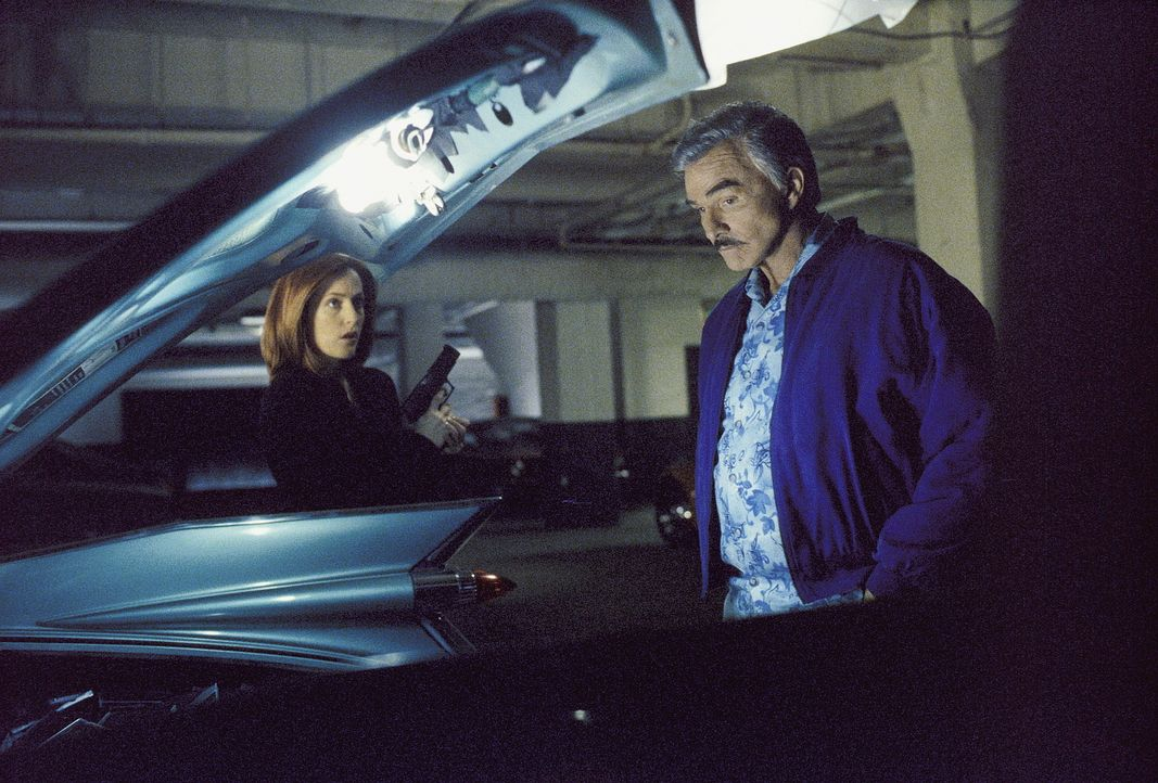 Der Versuch, Burt (Burt Reynolds, r.) zu verhaften, endet damit, dass Scully (Gillian Anderson, l.) und Monica in der Tiefgarage festsitzen. - Bildquelle: Twentieth Century Fox Film Corporation. All Rights Reserved.