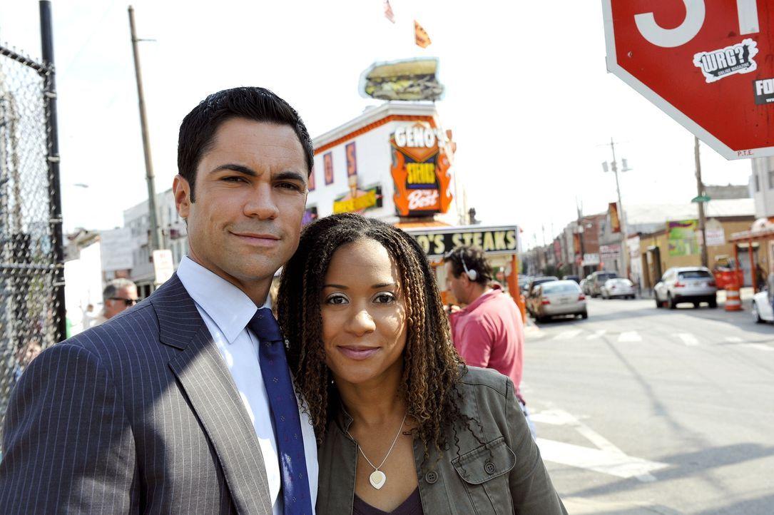 """Danny Pino (l.) und Tracie Thoms (r.) bei den Dreharbeiten zu """"Cold Case"""". - Bildquelle: Warner Bros. Television"""