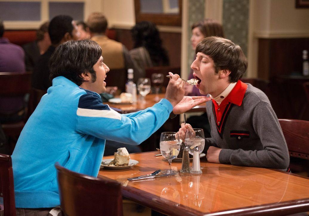 Howard (Simon Helberg, l.) und Raj (Kunal Nayyar, r.) überlegen, was aus ihnen geworden wäre - wenn sie Sheldon nicht getroffen hätten ... - Bildquelle: Warner Bros. Television