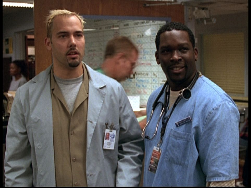Malik (Deezer D., r.) ist sichtlich bemüht, Andrew (Andrew Bowen, l.) an den Mann zu bringen. - Bildquelle: TM+  2000 WARNER BROS.