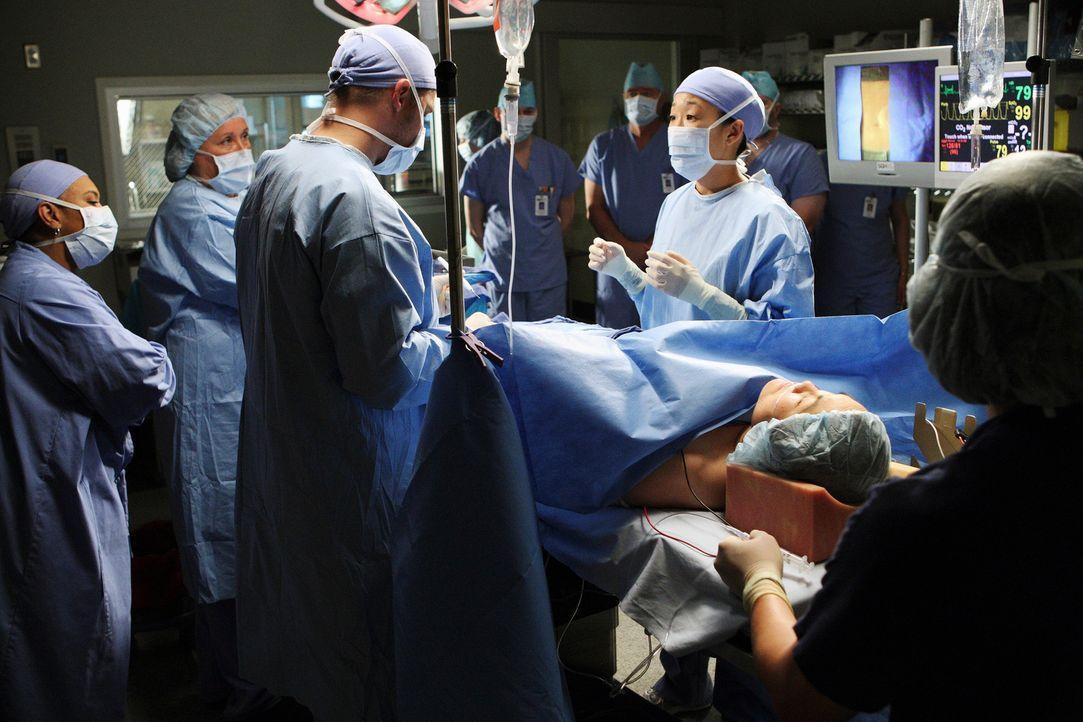 Cristina (Sandra Oh, 3.v.l.) steht vor ihrer ersten eigenen Operation. Doch sie kann sich nicht konzentrieren, da sie immer an Izzie denken muss. Do... - Bildquelle: Touchstone Television