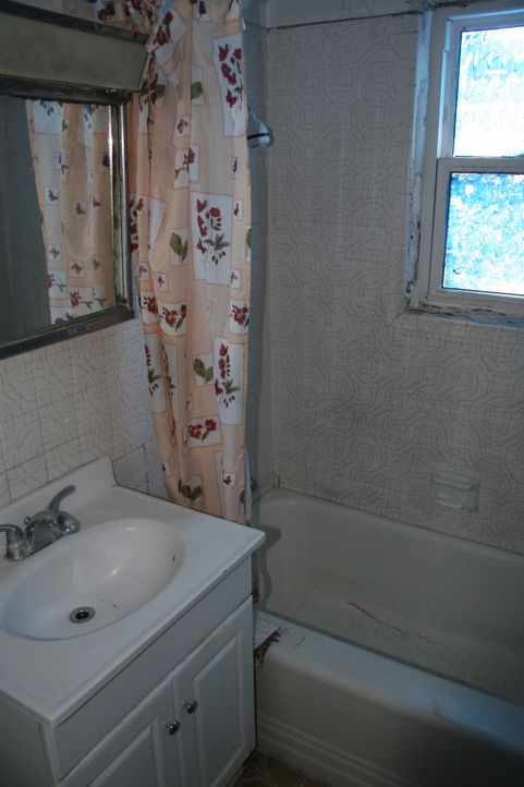 Noch gibt das Badezimmer nichts her, doch Christina und Tarek El Moussa wollen das schon bald ändern ... - Bildquelle: 2014,HGTV/Scripps Networks, LLC. All Rights Reserved